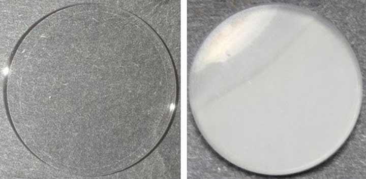 آئروسلهای آلی شکل گرفته در آزمایش بازسازی جو (سمت راست) در مقایسه با ظرفی تمیز (سمت چپ)